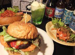 人気のハンバーガーはアメリカンサイズ!テイクアウトもOK!