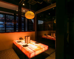 光り輝くテーブルが印象的な小上がりの半個室は最大6名様まで