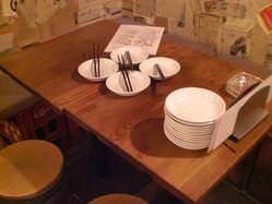 お店の両壁際にはテーブル席。仲間とわいわい気軽に楽しむのに◎