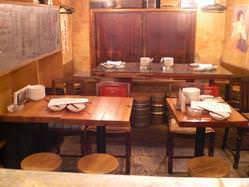 奥には大人数でも楽しめるテーブル席が。宴会にもオススメ!