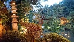 昼と夜では庭園の趣も変わります