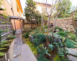 敷地の中央には岩槻城石垣をイメージした美しい中庭がございます