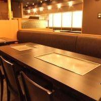 テーブルの席もゆったり広めの作りで飲み放題&食べ放題宴会を!