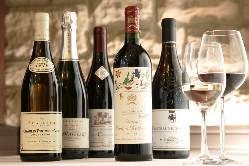 ソムリエ厳選のワインはフランス産を中心に約80種をご用意