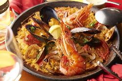 【海パエリア】贅沢に使用した魚介類を五感で味わってください