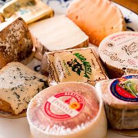 フランスから仕入れた本格チーズたち