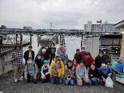 店主自ら日曜日に船で釣りに行き釣った魚を月曜日に食べれます。