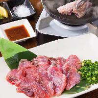 希少部位!鮪ほほ肉炙り焼。卓上で焼き上げる焼き肉スタイル。