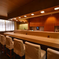 [1Fカウンター席] 檜を贅沢使用。職人技が愉しめる大人の特等席