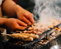 朝びきの新鮮素材を毎日串うちし、炭火で丁寧に焼き上げます。