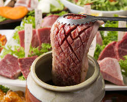 炭火で炙るローストビーフに 壺漬け肉は圧倒の厚さで格別な旨さ