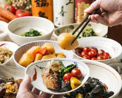 彩り鮮やかな旬食材をふんだんに使用した前菜小鉢は常時8種以上