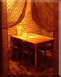カーテンを使い個室感をだし 落ち着いた大人の空間を演出