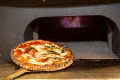 石窯で焼き上げた絶品ナポリ風ピッツァをお楽しみください