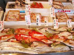 魚直営。市場直送の新鮮な魚介類をお楽しみください。