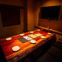 一枚板の重厚なテーブル!TVモニター付完全個室