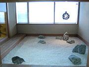 おくの和室には風情ある坪庭。