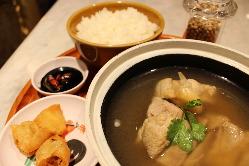 日本では珍しい 肉骨茶【バクテー】もご用意!!
