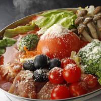 まるごとトマトに、野菜、豚肉や魚介など具材たっぷりの人気鍋