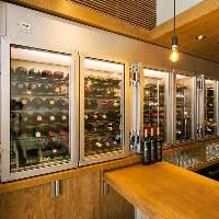 特注ワインセラーには100種を超える安うまワイン達。