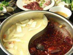 HOI特製本格四川二色スープの火鍋は最高に旨い!!