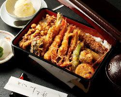 季節の魚介4品、野菜4品、野菜のかきあげが乗った贅沢重