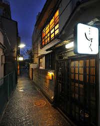 神楽坂の石畳、路地裏にある築80年の古民家。