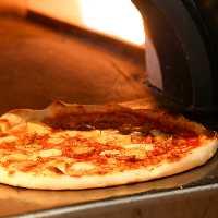 石釜で焼き上げるピザは絶品!アツアツのピザを召し上がれ♪