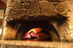 薪窯で一気に高温で焼き上げるピザは絶妙!懐かしいピザも再登場