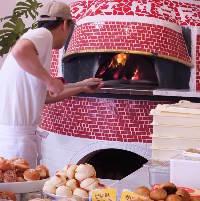 目の前にある石窯で焼きたてのピザを