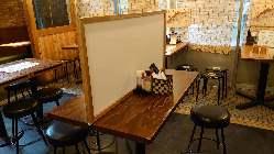 コロナ対策としてアクリル板で仕切りを入れたテーブルをご用意
