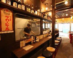 昭和のレトロ感漂う店内 カウンター席/テーブル席あります!