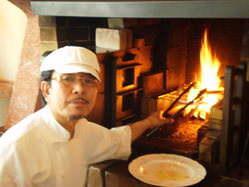 メイン料理を暖炉で調理します