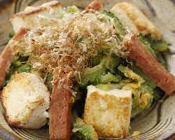 沖縄直送食材を使用した自慢の沖縄料理がずらり。