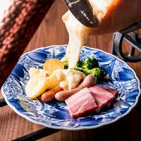 トロトロに溶けたラクレットチーズを野菜やウインナーに絡めて