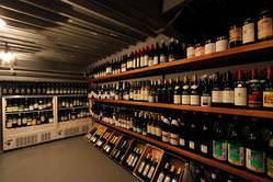 地下には常時約400本のワイン。 お客さまもご覧になれます♪