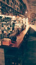 店内はアンティークの家具がズラリ。カウンターは一枚物