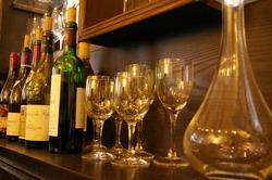 店主こだわりのワインは フランス産を中心になんと100種以上。