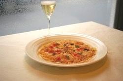 【カジュアルにも】 細切りポテト生地のピザとシャンパン