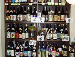 棚には、本格焼酎100本以上、冷蔵庫は日本酒20種類以上あります