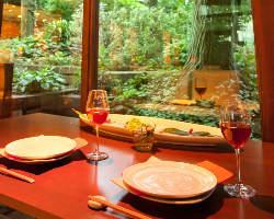 自然に囲まれた店内からお庭を眺めながらお食事をお楽しみ下さい