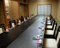 人数に合わせ、テーブル、お座敷の個室席をご用意致します。