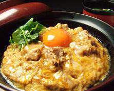 色濃い卵黄に鶏の旨みが詰まった親子丼♪ランチのみ限定メニュー