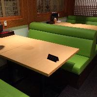 ゆったり広々としたテーブル席も有ります。全28席
