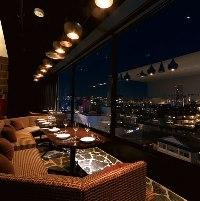 壁一面の窓から素敵な夜景を楽しめる2〜3名様窓際ソファー席