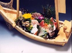 舟盛り(1万円〜要予約)お祝いのお席などに喜ばれております。