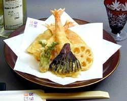 テーブルにも天ぷらは一品ずつ揚げたてを お持ちします