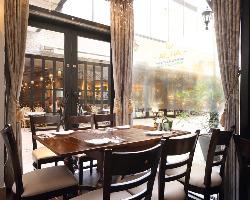 【お洒落な空間】 開放的な空間でゆったりお食事をご堪能下さい