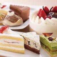 ショーケースの中からお好きなケーキをお選びください。