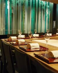 臨場感溢れる調理風景を存分にお愉しみいただけるカウンター席。